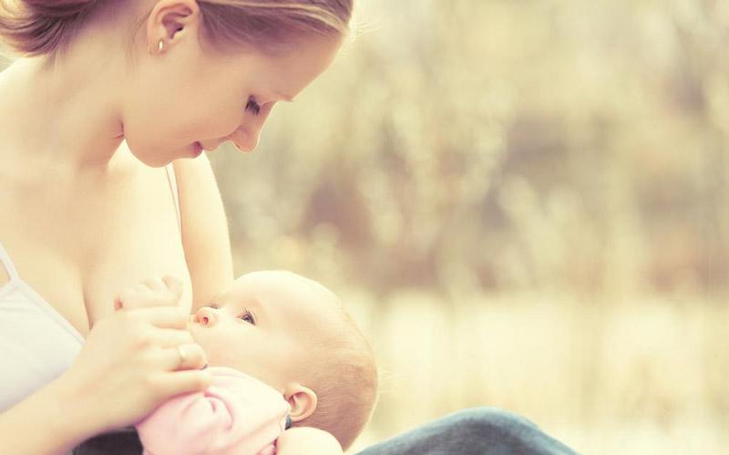 Quels sont les bienfaits du lait maternel pour le nourrisson et la jeune maman ?